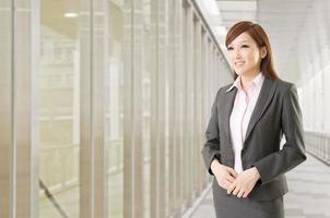 mujer de negocios asiática confidente foto