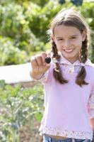 meisje (7-9) met braam, lachend, portret