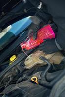 llenado del radiador del vehículo con anticongelante