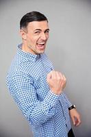Retrato de un hombre haciendo gesto de victoria foto