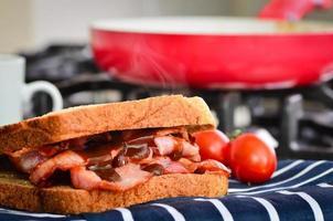 sandwich de tocino con salsa marrón foto