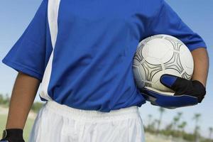 portero de fútbol sosteniendo la pelota foto