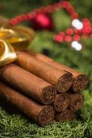 cigarros cubanos regalo de navidad con cinta y adornos foto
