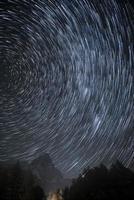 rastros de estrellas sobre matterhorn foto