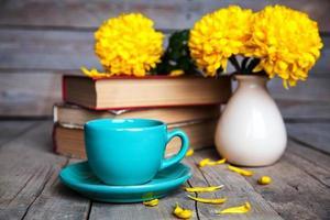bloemen. mooie gele chrysant in vintage aardewerk vaas.