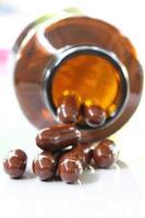 pilules brunes et bouteille de pilules.