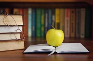 manzana en el libro abierto