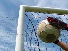 fútbol - balón de fútbol en la portería foto