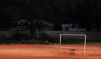 campo de futebol em ruínas