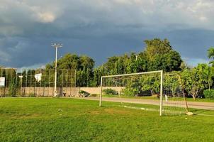 campo de fútbol en escuela urbana foto