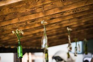 decoração de casamento flores em garrafas