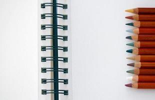cuaderno en blanco y lápices foto