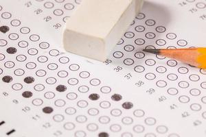 examen hoja de computadora de papel carbón con borrador y lápiz