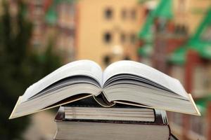 pila de libros sobre fondo de ciudad foto
