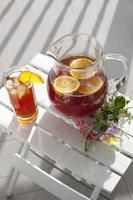 jarra y vaso de té helado foto