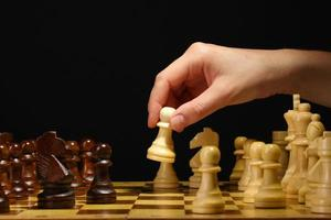tablero de ajedrez con piezas de ajedrez aisladas en negro foto