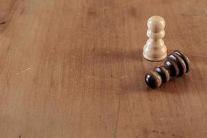 Fondo con piezas de ajedrez y mesa de madera. foto