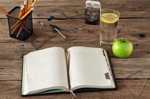 caderno em branco aberto sobre fundo de madeira