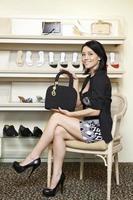 mujer en zapatería foto