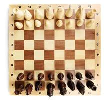 tablero de ajedrez con piezas de ajedrez aislado en blanco foto