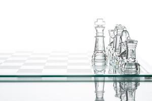 estrategia corporativa elección de negocio, grupo de ajedrez de vidrio transparente foto