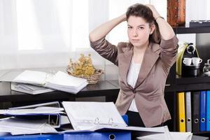 mujer de negocios con tantos trámites en la oficina