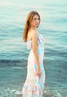 Retrato de mujer joven hermosa contra el mar foto