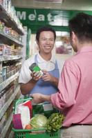 empleado de ventas ayudando a hombre en supermercado, beijing foto