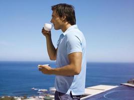 Hombre tomando café. foto