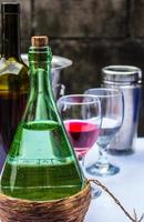 bebendo na mesa