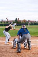 Serie de béisbol: lanzamiento en el aire (perspectiva del hombro del árbitro) foto