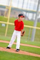 jarro de beisebol juvenil em jersey vermelho