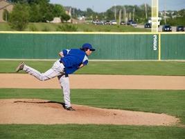 lanzador de béisbol de la escuela secundaria vestido de azul