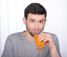 hombre bebiendo jugo foto