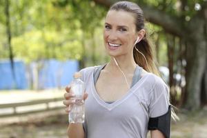 vrouw drinkwater