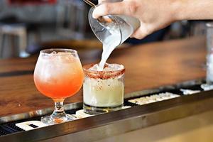 camarero sirviendo bebidas foto