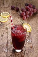 bebida de verano de uva roja foto