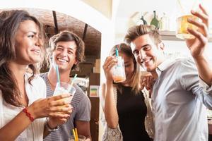 beber en el bar foto