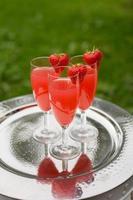 bebidas espumosas rosadas de fresa foto