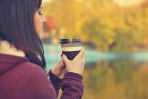 chica hipster tomando café