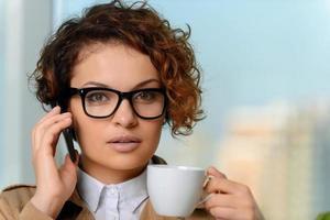 linda chica tomando café