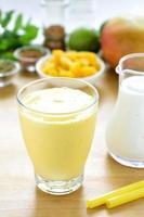 bebida batido de mango lassi. foto