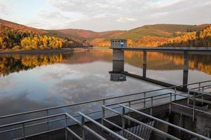 presa de agua potable en otoño foto