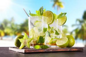 bebidas de mojito de verano en la playa foto