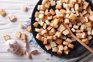 deliciosos picatostes fritos con ajo vista superior horizontal