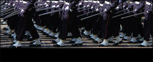 benen van troepen marcheren op 14 juli in Parijs
