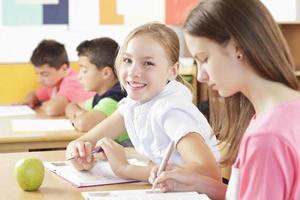 los niños están sentados en el aula