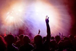 dansende menigte bij disco.