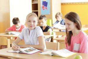 estudiante trabajando en clase