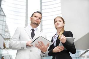 equipe de negócios usando tablet digital
